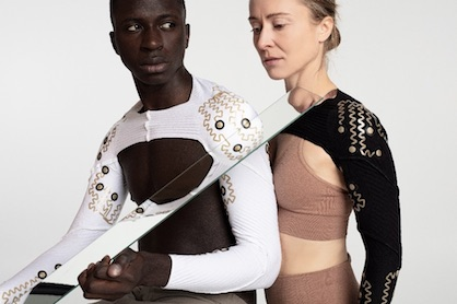 Fraunhofer researchers and designers combine style with functionality: in this case with clothing that measures muscle activity and thus optimizes rehabilitation processes © Jessica Smarsch