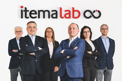 In the center on the right Ugo Ghilardi - CEO of Itema, on the left Lorenzo Minelli - General Manager of Itemalab. Behind them, from left to right, the heads of the Itemalab divisions: Massimo Arrigoni - Innovation Manager, Carla Roberta Cavalleri - Industrial Manager, Jessica Mazzola - Program Manager, Francesco Alghisi - Product Development Manager (c) 2021 Itema Group