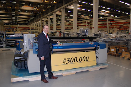Luc Tack, CEO of Picanol Group, here presenting weaving machine #300.000. (c) 2021 Picanol