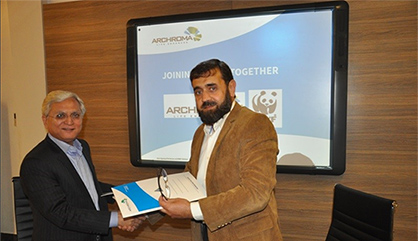 Mujtaba Rahim (left), CEO, Archroma Pakistan Limited, and Zahid Sultan Jadoon, Director Operations, WWF Pakistan, exchanging documents of the Memorandum of Understanding signed between the two organizations at a ceremony held in Karachi. (Photo: Archroma)