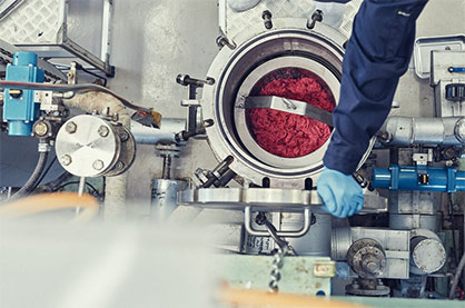 Green Machine works behind the scenes to fully separate and recycle cotton and polyester blends into new fibres with no quality loss and at industrial scale. © 2021 H&M
