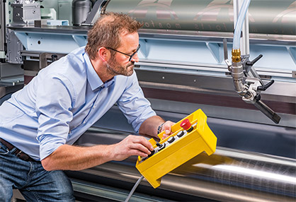 Adjustments can be made simply and easily with the new hand-held remote controller which has recently been introduced for the Montex®Coat unit. (c) 2020 Monforts