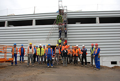 A strong team – the construction workers at the topping-out ceremony of the new production building of Oerlikon Barmag pump construction in Remscheid Lennep. (c) 2020 Oerlikon