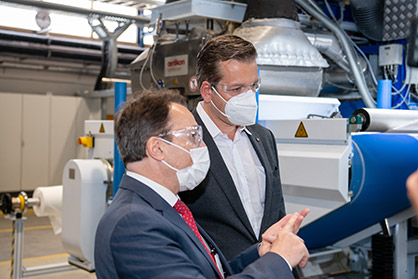 Marc  Kloepfel, CEO  of  the  Kloepfel  Group, and  Rainer  Straub, Managing  Director  of  Oerlikon  Nonwoven (left), viewing  the  Oerlikon  Nonwoven  meltblown  laboratory  system  in  Neumünster, Germany. (Photo: Oerlikon)