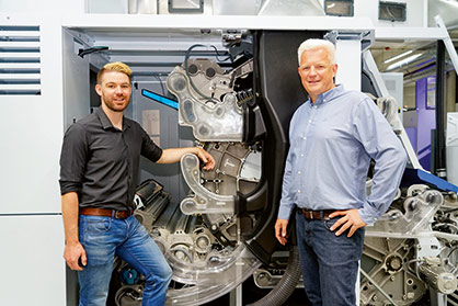 Ralf Helbig, R&D Engineer for Air Technology (l) and Christian Freitag, Head of Air Technology at Trützschler (r) need numerous trials and simulations  for air flow modeling. © Truetzschler 2021